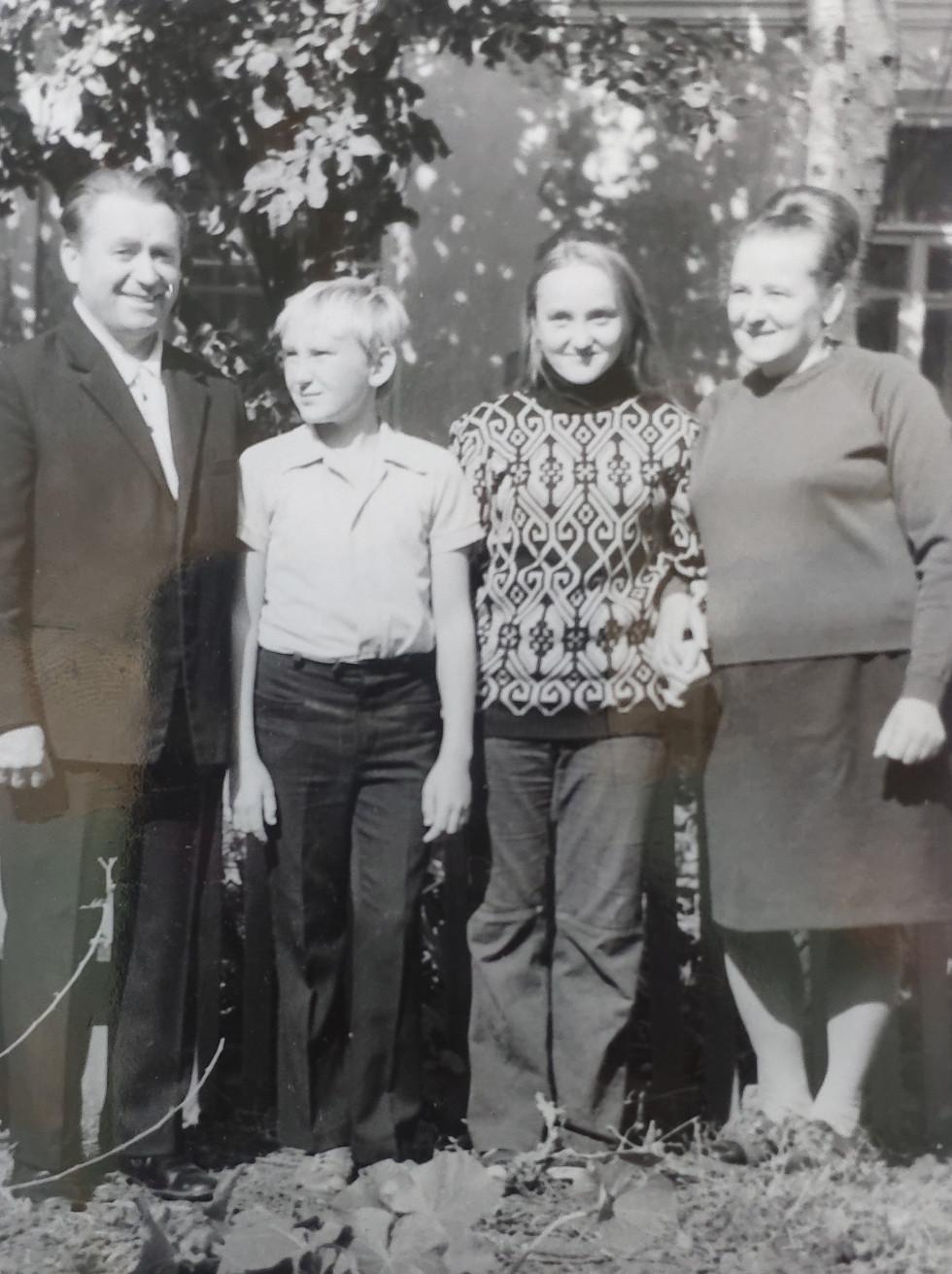 Сім'я Гончаруків біля власного будинку на Харківщині 1978 рік