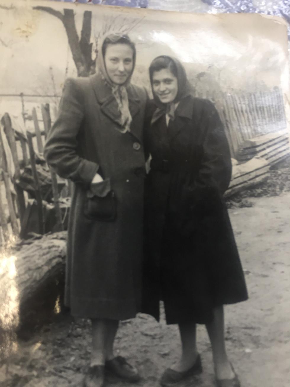 Ніна Томюк (Зліва) з подругою. Під час навчання у Володимир-Волинській школі бухгалтерів. 1962 р.